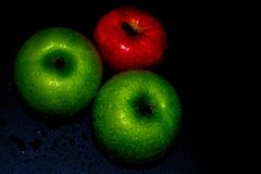 Le mele fresche sul nero backgroundgreen e Apple rosso sulle carte da parati nere di un fondo, alimento sano immagine stock