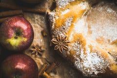 Le mele mature fresche sul bundt di legno del backgroundApple agglutinano sui precedenti rustici immagine stock libera da diritti