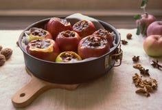 Le mele rosse organiche con i dadi e l'inceppamento hanno preparato per cuocere fotografia stock libera da diritti