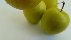 Le mele si inverdiscono il dolce bagnato, fucilazione lenta della sgocciolatura antiossidante dell'alimento archivi video
