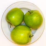 Le mele succose, delizia, mature si inverdiscono su un fondo bianco Fotografie Stock Libere da Diritti