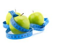 Le mele verdi hanno misurato il metro, mette in mostra le mele Fotografia Stock Libera da Diritti