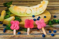 Le melon est découpé l'amour de mot Photo libre de droits