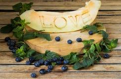 Le melon est découpé l'amour de mot Images libres de droits