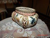 Le memorie artistiche dell'oggetto d'antiquariato di risultato ceramicsfamily di bei giorni appoggiano Fotografia Stock