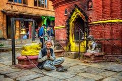 Le mendiant plus âgé prie dans la rue de Katmandou Image libre de droits