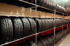 Le mensole del negozio con i dischi del metallo Fotografia Stock