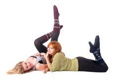Le mensonge attrayant de deux filles et ont l'amusement Photo stock