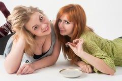Le mensonge attrayant de deux filles et ont l'amusement Image libre de droits
