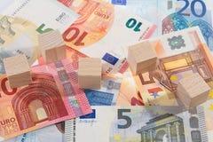 Le mensonge des billets de banque avec en bois découpe Photos stock