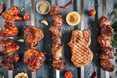 Le menu de gril de restaurant avec des brochettes de poulet, porc, agneau et soit images libres de droits