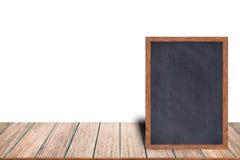 Le menu en bois de signe de tableau noir de cadre de tableau sur la table en bois s'étend sur le fond blanc avec l'espace de copi Photos stock