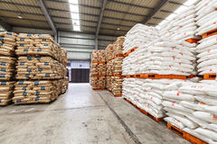 Le merci del nord del magazzino del trasporto della stazione ferroviaria di Hangzhou hanno accatastato su molti prodotti di Polyv Immagine Stock Libera da Diritti