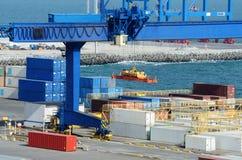 Le merci di caricamento della nave porta-container al carico di Odessa port - il più grande porto marittimo ucraino su Mar Nero Fotografia Stock Libera da Diritti