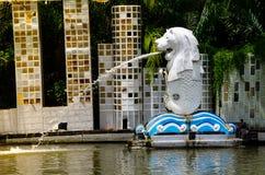 Le Merlion est une mascotte officieuse de Singapour au parc miniature du parc d'amusement de ville du Siam images libres de droits