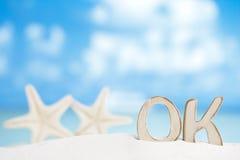 Le message CORRECT avec deux étoiles de mer sur le sable blanc de la Floride échouent Images libres de droits