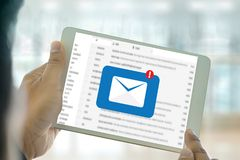 Le message de connexion de communication de courrier aux contacts de expédition téléphonent image libre de droits