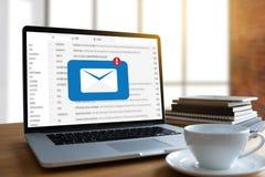Le message de connexion de communication de courrier aux contacts de expédition téléphonent photographie stock
