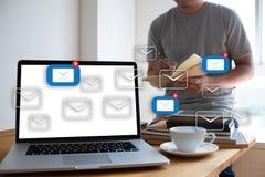 Le message de connexion de communication de courrier aux contacts de expédition téléphonent photo libre de droits