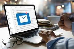 Le message de connexion de communication de courrier aux contacts de expédition téléphonent image stock