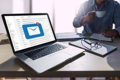 Le message de connexion de communication de courrier aux contacts de expédition téléphonent images stock