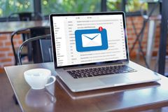 Le message de connexion de communication de courrier aux contacts de expédition téléphonent photo stock