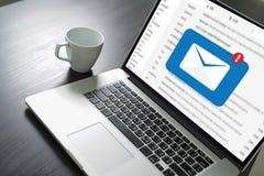 Le message de connexion de communication de courrier aux contacts de expédition téléphonent le concept global de lettres images stock