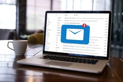 Le message de connexion de communication de courrier aux contacts de expédition téléphonent le concept global de lettres photographie stock