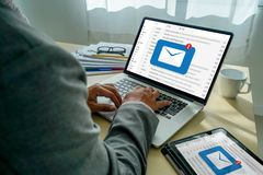 Le message de connexion de communication de courrier aux contacts de expédition téléphonent le concept global de lettres photographie stock libre de droits