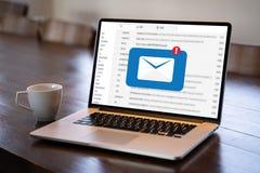 Le message de connexion de communication de courrier aux contacts de expédition téléphonent le concept global de lettres photo stock