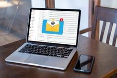 Le message de connexion de communication de courrier aux contacts de exp?dition t?l?phonent le concept global de lettres photographie stock