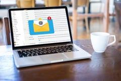 Le message de connexion de communication de courrier aux contacts de exp?dition t?l?phonent le concept global de lettres image libre de droits