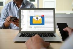 Le message de connexion de communication de courrier aux contacts de exp?dition t?l?phonent le concept global de lettres photos libres de droits