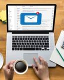 Le message de connexion de communication de courrier aux contacts de expédition téléphonent photos stock
