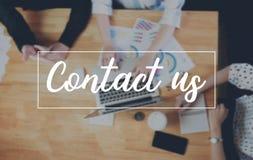Le message de contactez-nous sur le dispositif fonctionne le concept de support à la clientèle de correspondance de fond de table photo libre de droits