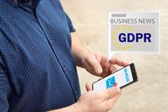 Le message de GDPR a reçu un email en ligne à un téléphone portable Envoyant le message en ligne photographie stock
