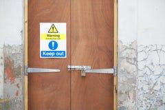 Le message de santé et sécurité de chantier de construction ordonne le signage de panneau de signe sur la frontière de porte photos libres de droits