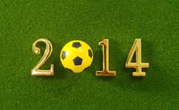 le message 2014 font du ballon de football de nombres et de football en métal sur g Image stock