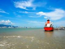 Le message publicitaire se transporte en port avec la mer et ciel bleu à Penang, Malaisie photographie stock libre de droits