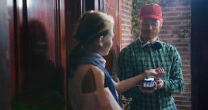 Le messager reçoivent l'astuce d'argent liquide du client pour la nourriture de la livraison du supermarché banque de vidéos