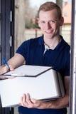 Le messager satisfaisant donnent les documents photo stock