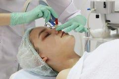 Le meulage de la peau du visage est fait par un cosmetologist dans un salon de beaut? image stock