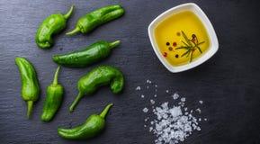 Le Mexicain chaud vert cru poivre des tapas d'Espagnol de padron de piments de jalapeno Images libres de droits