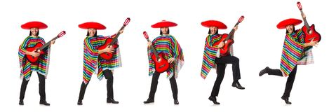 Le Mexicain dans le poncho vif jugeant la guitare d'isolement sur le blanc photographie stock libre de droits
