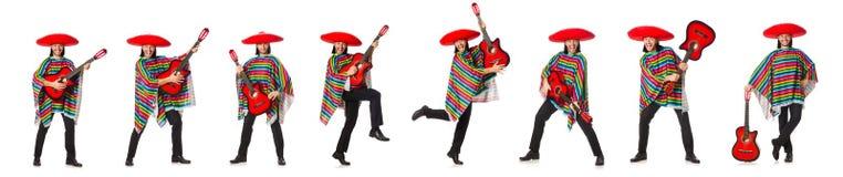 Le Mexicain dans le poncho vif jugeant la guitare d'isolement sur le blanc photos stock