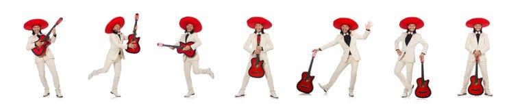 Le Mexicain dr?le dans le costume jugeant la guitare d'isolement sur le blanc photographie stock