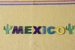 Le Mexique a fait ? partir des lettres en bois color?es et du cactus vert de papier