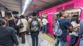 LE MEXIQUE - 26 OCTOBRE 2017 : Station de train souterraine de Mexico avec le déplacement local de personnes Tube, train Poussée Images stock