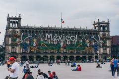 LE MEXIQUE - 20 SEPTEMBRE : Bâtiments de gouvernement à la plaza de Zocalo décorée des ornements pour célébrer le Jour de la Décl Photographie stock libre de droits