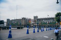 LE MEXIQUE - 20 SEPTEMBRE : Bâtiments de gouvernement à la plaza de Zocalo décorée des ornements pour célébrer le Jour de la Décl Photos libres de droits